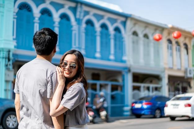 Glückliches junges asiatisches paar in der liebe, die eine gute zeit hat Premium Fotos