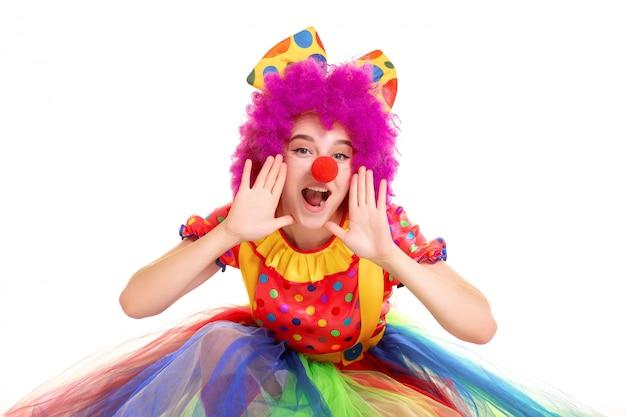 Glückliches junges clownmädchen auf weißem hintergrund Premium Fotos
