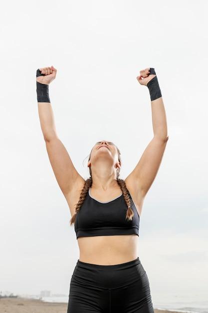 Glückliches junges mädchen in der sportkleidung feiernd Kostenlose Fotos