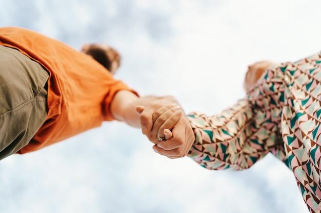 Glückliches junges paar in den bunten kleidern mit himmel Kostenlose Fotos