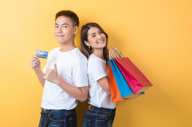 Glückliches junges paar mit einkaufstüten Kostenlose Fotos