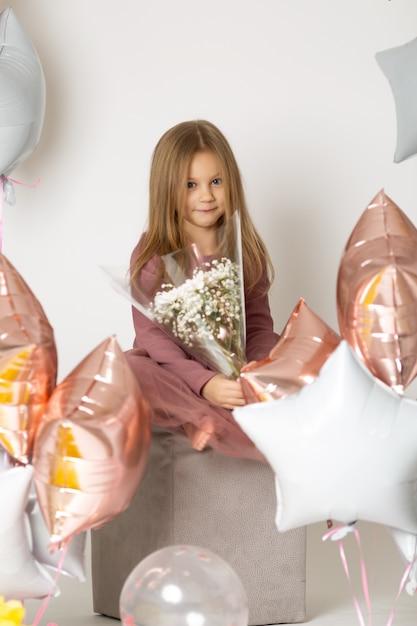 Glückliches kind hält einen blumenstrauß Premium Fotos