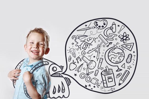 Glückliches kind in einem leichten hemd geht zum ersten mal zur schule. Premium Fotos