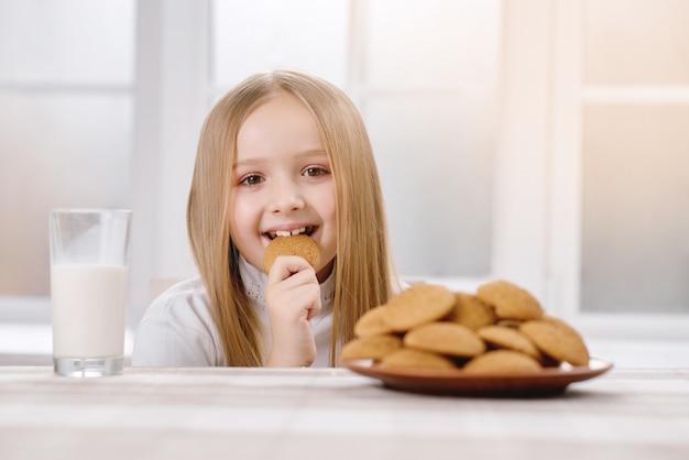 Glückliches kind isst keks Premium Fotos