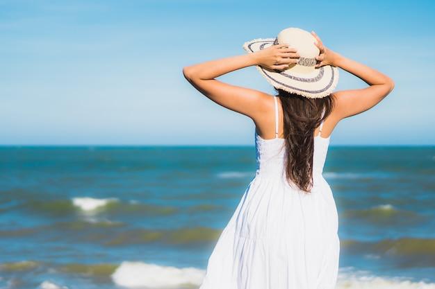 Glückliches lächeln der schönen jungen asiatischen frau des porträts entspannen sich um neary strand und meer Kostenlose Fotos