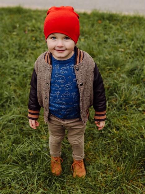 Glückliches lächelndes kind, das draußen in einem garten spielt Kostenlose Fotos