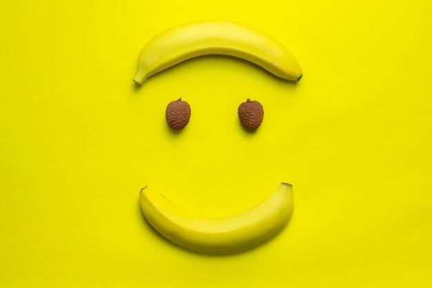 Glückliches lächelngesicht der litschi und der banane Premium Fotos