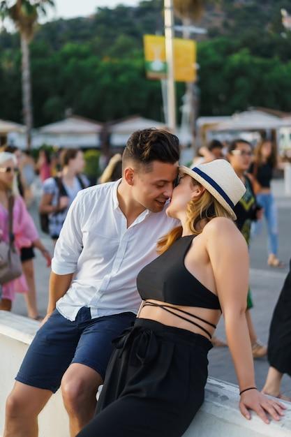 Glückliches liebespaar umarmen Kostenlose Fotos