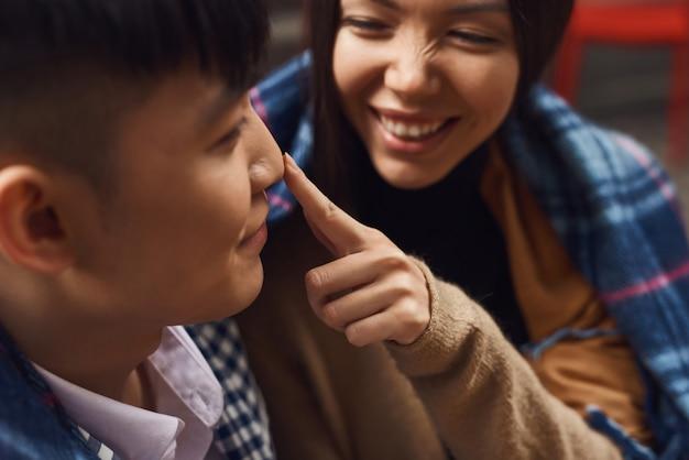 Glückliches mädchen berührt guy nose asian couple flirting. Premium Fotos