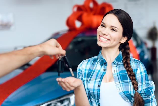 Glückliches mädchen geben die schlüssel zum neuen auto. Premium Fotos