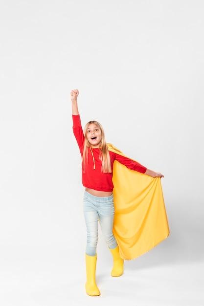 Glückliches mädchen mit superheldenkostüm Kostenlose Fotos