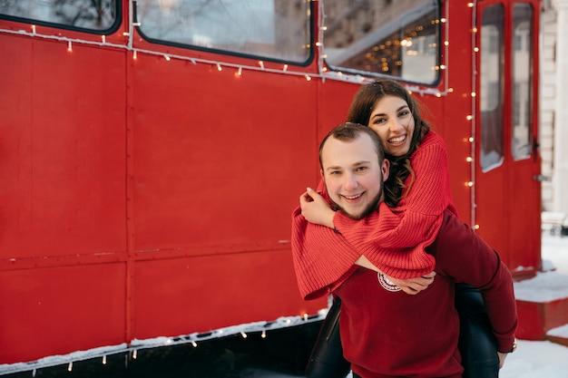 Glückliches mädchen umarmt ihren geliebten freund und lächelt süß. hochwertiges foto Premium Fotos