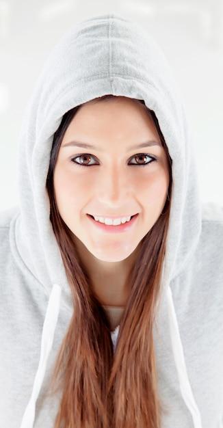 Glückliches mit kapuze mädchen mit grauem sweatshirt Premium Fotos