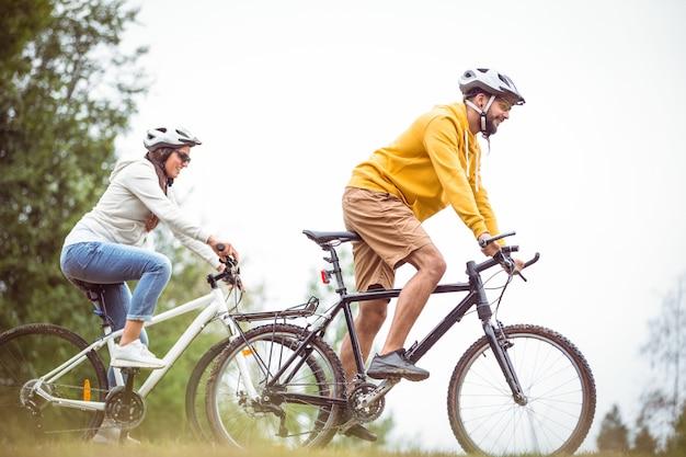 Glückliches paar auf einer fahrradfahrt Premium Fotos