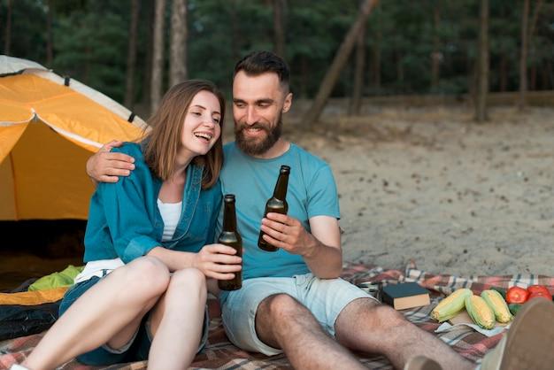 Glückliches paar, das ein picknick genießt Kostenlose Fotos