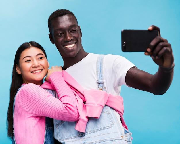 Glückliches paar, das ein selfie nimmt Kostenlose Fotos