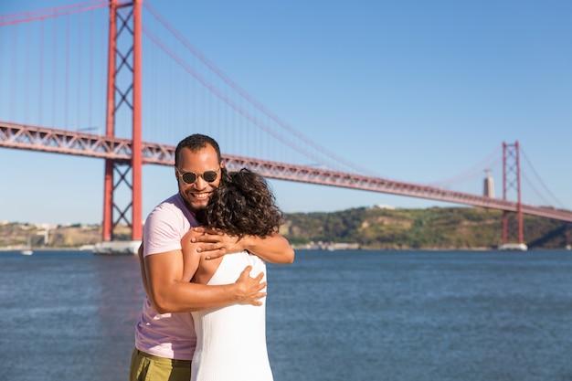 Glückliches paar, das gute nachrichten feiert Kostenlose Fotos