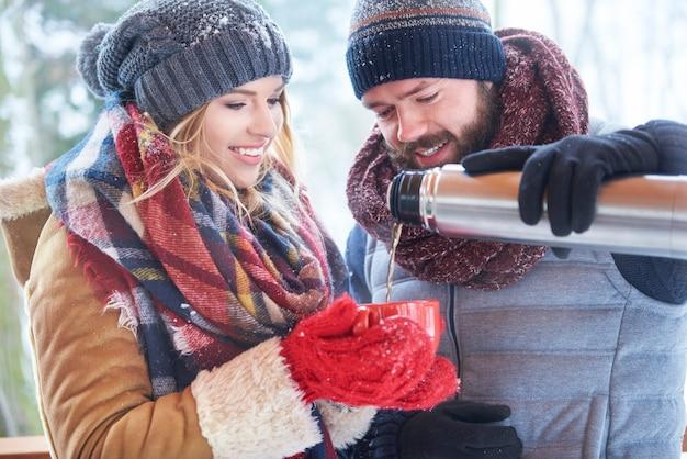 Glückliches paar, das heißen winter im winter trinkt Kostenlose Fotos