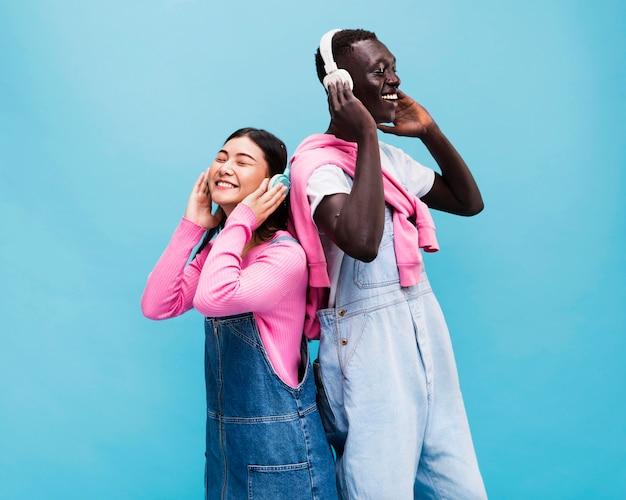 Glückliches paar, das im studio aufwirft Kostenlose Fotos