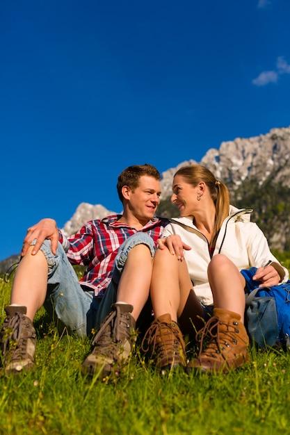 Glückliches paar, das in den alpenbergen wandert Premium Fotos