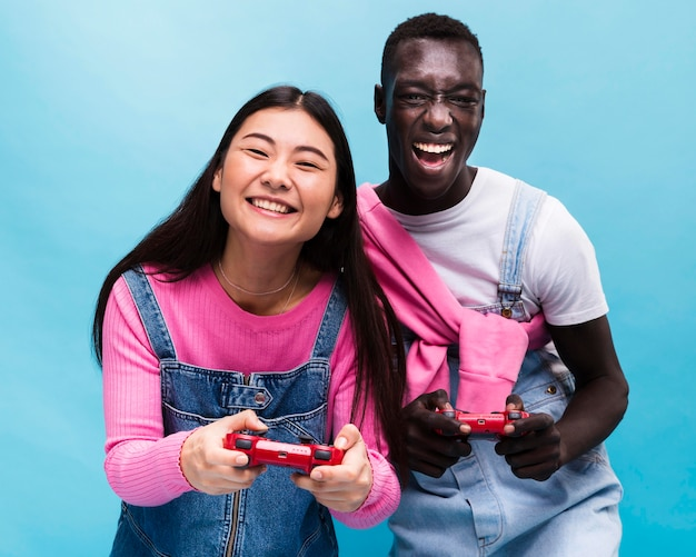 Glückliches paar, das videospiele spielt Kostenlose Fotos
