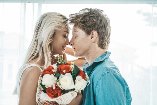 Glückliches paar, das zusammen im schlafzimmer spielt Kostenlose Fotos