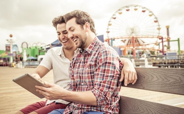 Glückliches paar, das zusammen sitzt Premium Fotos