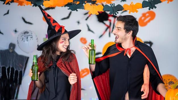 Glückliches paar der liebe in kostümen auf einer feier von halloween Premium Fotos