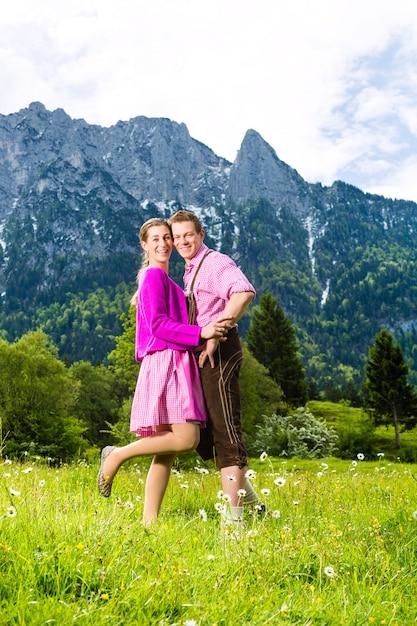 Glückliches paar in der almwiese Premium Fotos