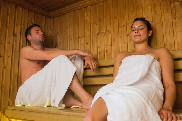 Glückliches paar in einer sauna entspannen | Premium-Foto