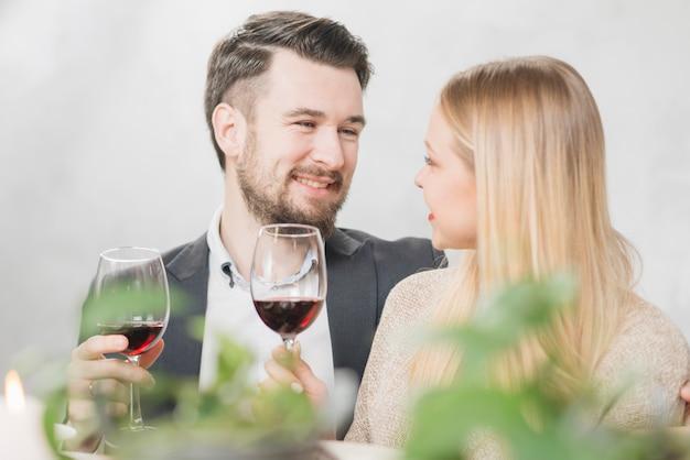 Glückliches paar mit gläsern rotwein Kostenlose Fotos