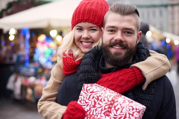 Glückliches paar mit großer geschenkbox Kostenlose Fotos