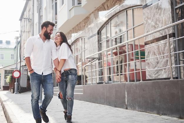 Glückliches paar verliebt auf der straße. Kostenlose Fotos