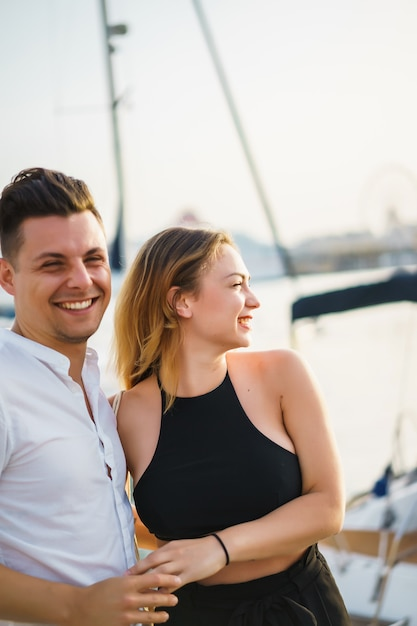 Glückliches paar verliebt spaziergänge im hafen Kostenlose Fotos