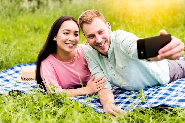 Glückliches paar, welches das selfie lügen nimmt Kostenlose Fotos