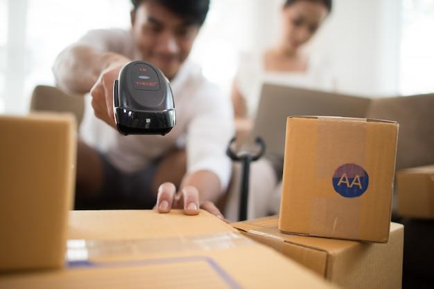 Glückliches paar zu hause im büro mit online-geschäft, online-marketing und freiberuflicher tätigkeit Kostenlose Fotos
