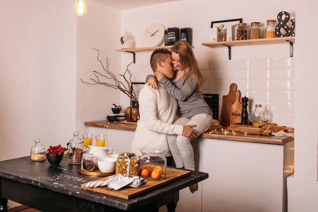 Glückliches paar zu hause in der küche Premium Fotos