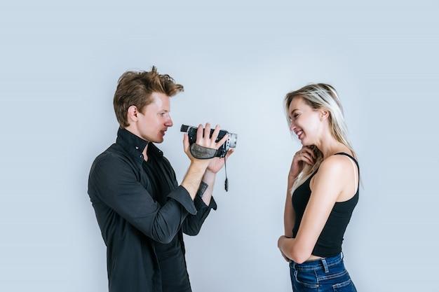 Glückliches porträt von den paaren, die videokamera und rekordclipvideo halten Kostenlose Fotos
