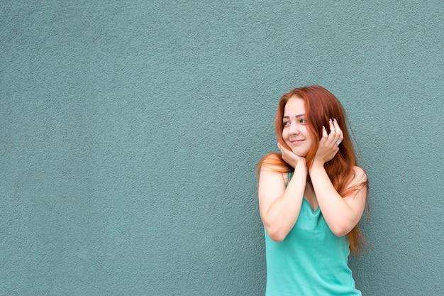 Glückliches rotes haarmädchen Premium Fotos