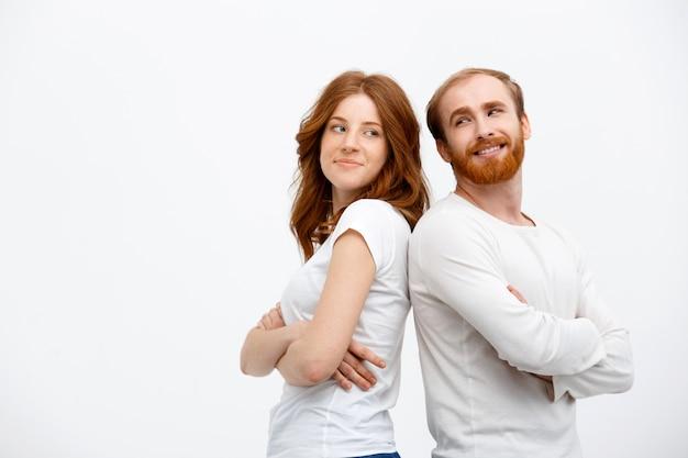 Glückliches rothaariges paar schauen sich lächelnd an Kostenlose Fotos