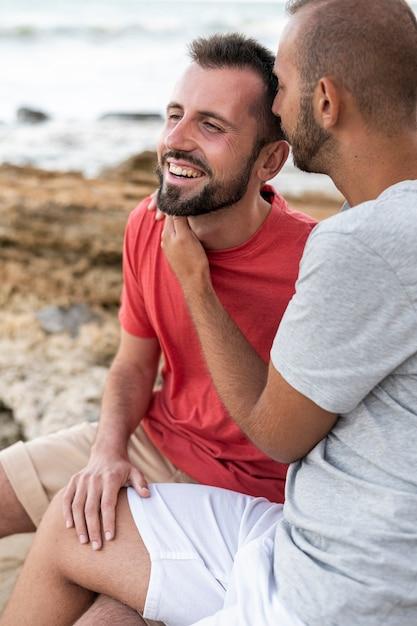 Glückliches schwules paar am meer Kostenlose Fotos