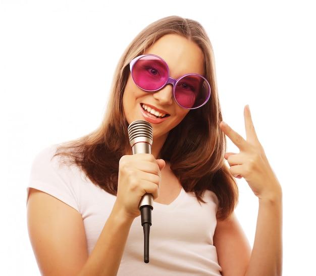 Glückliches singendes mädchen Premium Fotos