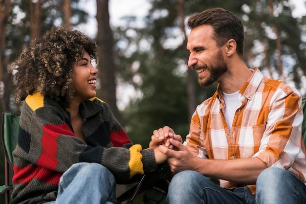 Glückliches und freudiges paar, das zeit zusammen im freien verbringt Kostenlose Fotos