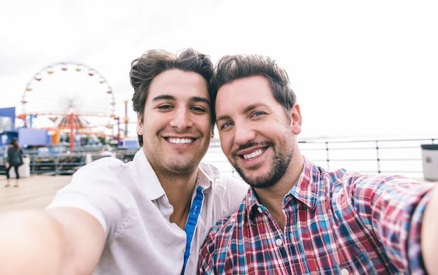 Glückliches verliebtes paar am pier Premium Fotos