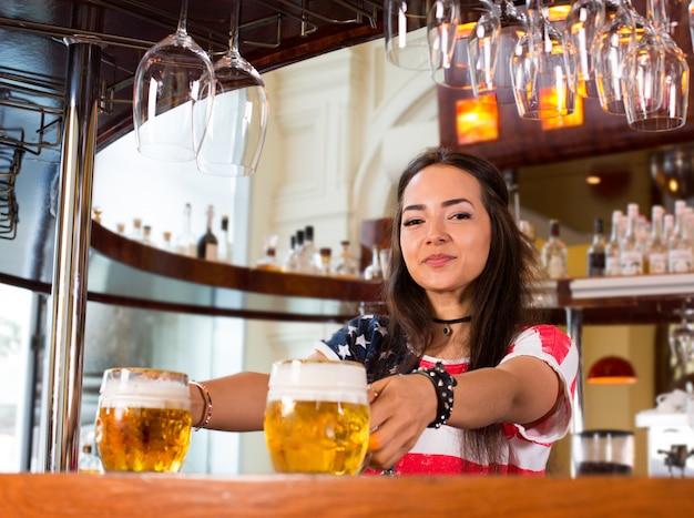 Glückliches weibliches barista bei der arbeit Premium Fotos