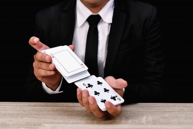 Glücksspielkonzepte. geschäftsleute spielen im casino Premium Fotos