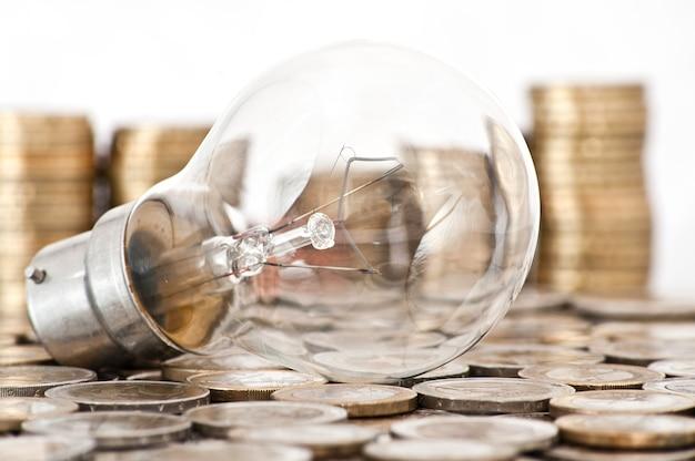 Glühbirne auf euro-münzen liegen Kostenlose Fotos