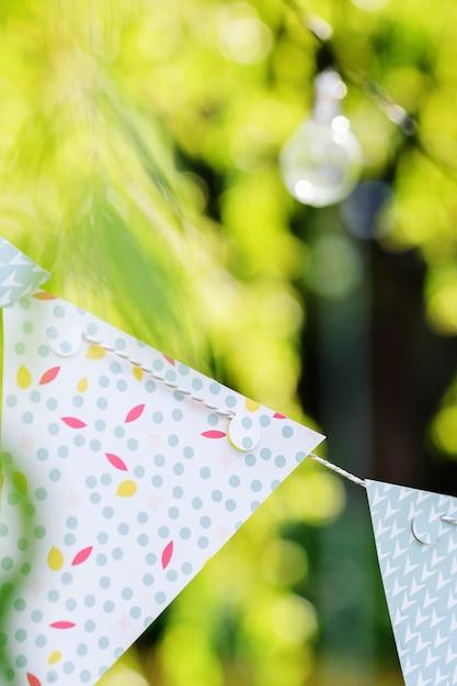 Glühbirnen und girlanden hängen an ästen Kostenlose Fotos