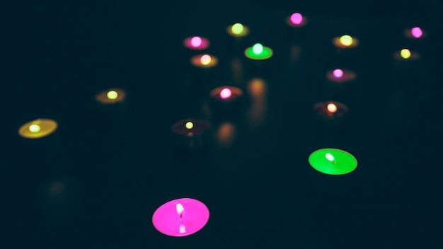 Glühende bunte kerzen auf schwarzem hintergrund Kostenlose Fotos