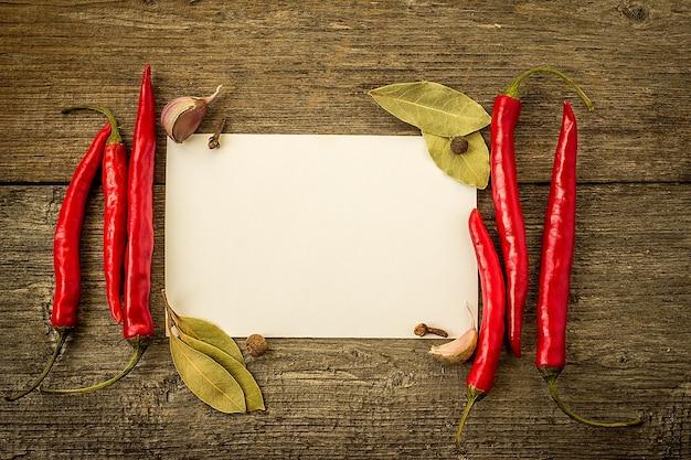 Glühende chilischoten auf altem holztisch mit platz für text Premium Fotos